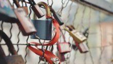 Kundentreue - Vorhängeschlösser am Zaun