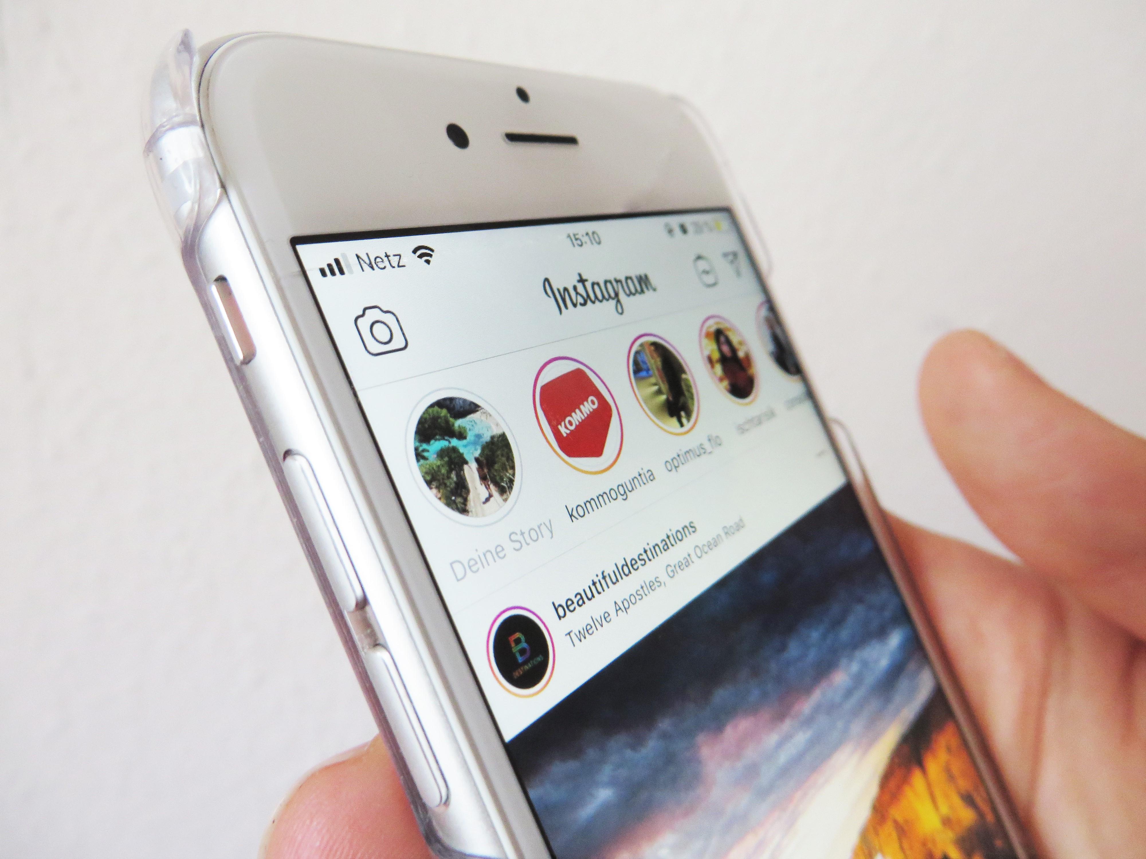 Instagram Storyleiste auf einem Smartphone zu sehen.
