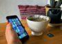 Foto mit einer Teetasse und einem Smaptphone