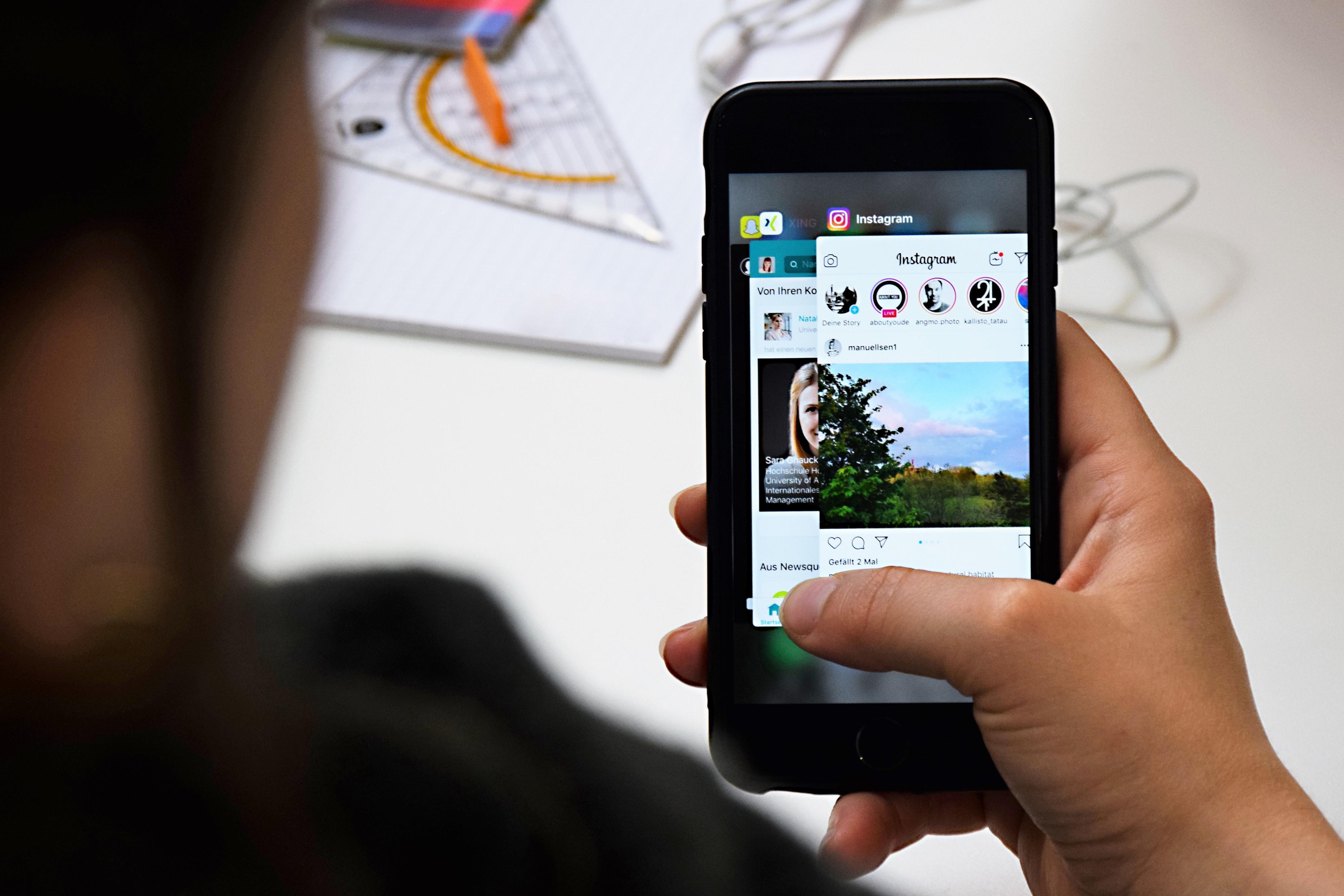 Mehrere Social Network Sites sind auf einem Smartphone geöffnet.