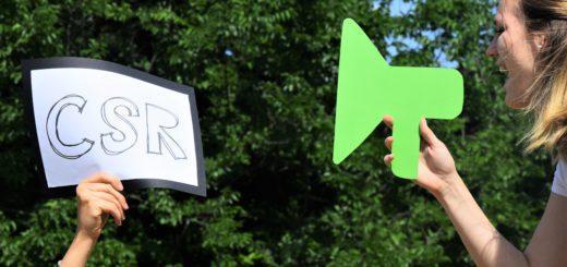Eine Person, die in ein Mikrofon spricht und ein Schild mit dem Titel CSR.
