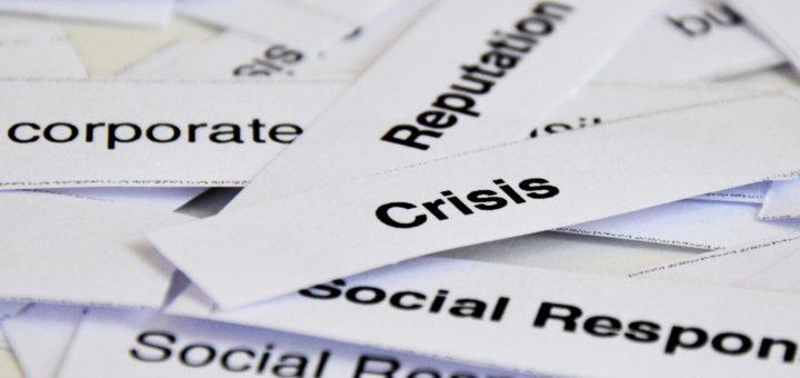 Papierschnipsel auf denen Reputation, Crisis, Social Responsibilty steht.