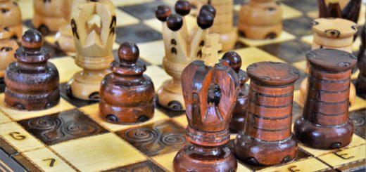 Ein Schachbrett mit Schachfiguren, die sich in der Schachmatt-Position befinden.