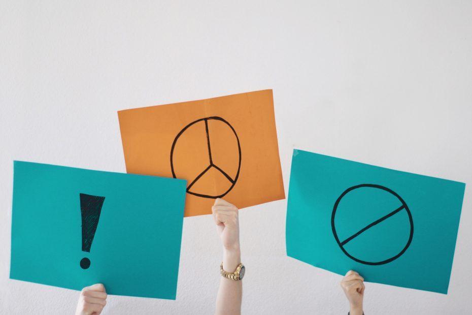 Schilder mit Zeichen und Meinung werden in die Luft gehalten